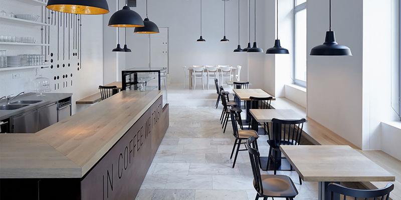 Quầy bar được đặt ở vị trí thích hợp nhất để có thể quan sát hết từng bàn trong quán.